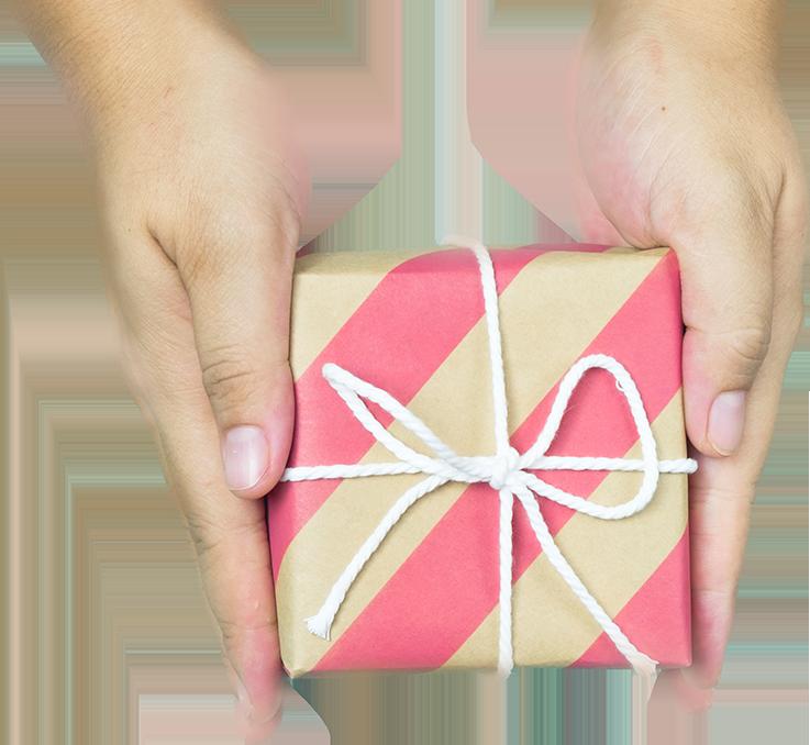 ידיים שמחזיקות קופסת מתנה